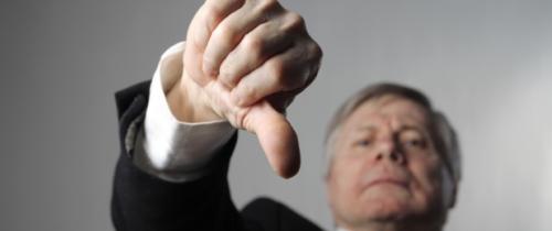 Daumen-runter in Stiftung Warentest stellt Bankberatern Armutszeugnis aus