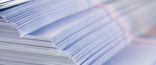Papier-Stapel-Produkinfoblatt in Beipackzettel: Bankberater zweifeln am Kundennutzen