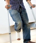 Gebrochenes-Bein-Unfall-127x150 in Axa bietet nahtlosen Übergang von Krankentagegeld auf BU-Rente