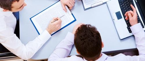 Berater-vermittler in Umfrage: Bankenvertrieb bestätigt hohen Verkaufsdruck