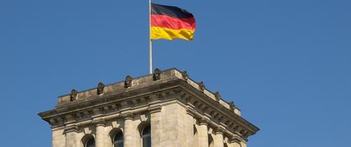 Deutschland-fahne in Studie: Deutsche Aktienfonds lassen Benchmark hinter sich