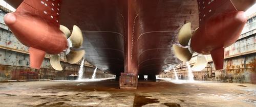 Schiff-werft-schiffsschraube in Anziehender Welthandel gibt Schiffsfonds Auftrieb