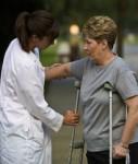 Unfall-Kruecken-Frau-Arzt-127x150 in Assistance: Fünf Versicherer erhalten Lob von Maklern