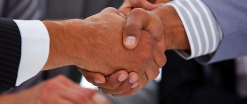 Haende-schuetteln in Studie: Diese Versicherer haben die höchste Maklerbindung
