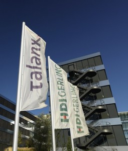 Flaggen vor der Talanx-Konzernzentrale am HDI-Platz in Hannover