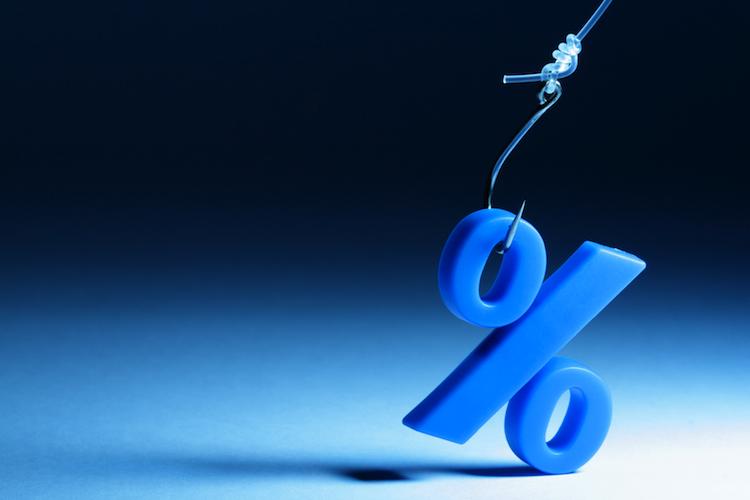 Die anhaltende Niedrigzinsphase erhöht den Druck auf die laufende Verzinsung, die die Versicherer ihren Kunden jedes Jahr gutschreiben.