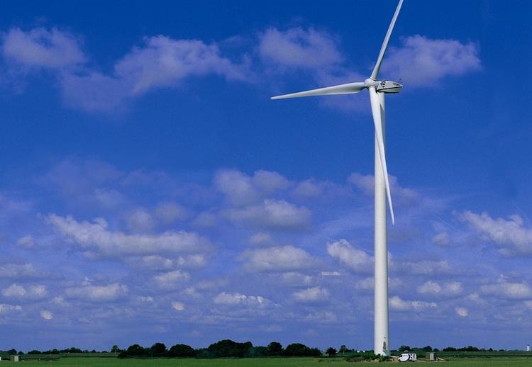 Windrad in Erneuerbare Energien: KfW-Förderung leistet Investitionsschub