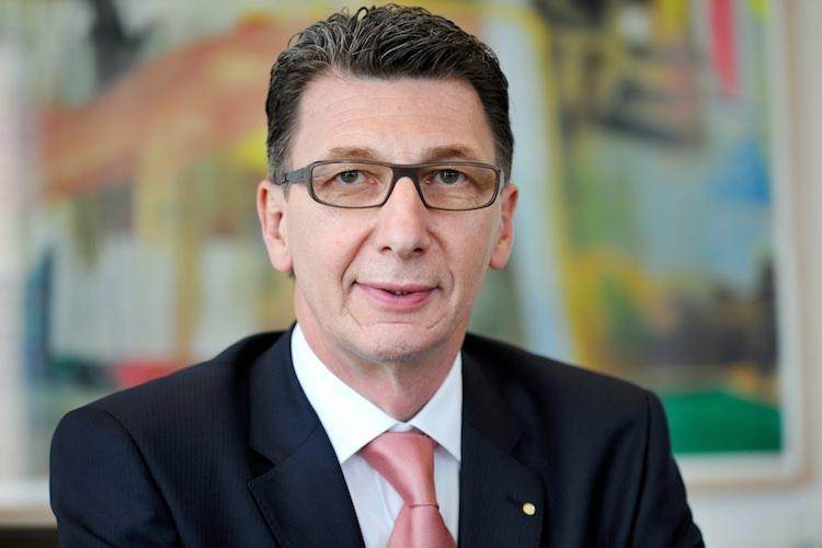 Leitermann Signal-Iduna in Stellenabbau bei Signal Iduna im Plan - Niedrigzinsen machen Probleme