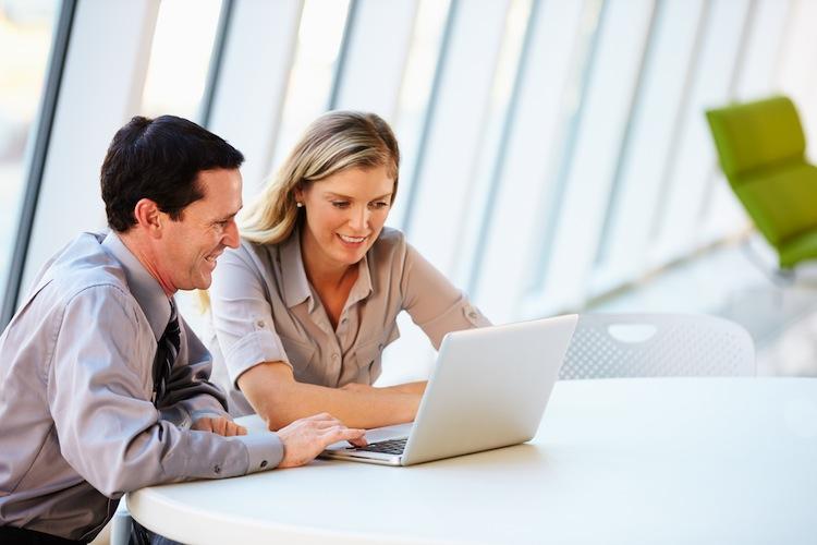 Makler Shutterstock Gro 1249235541 in Büroräume: Fast jeder Zweite sucht Hilfe eines Maklers