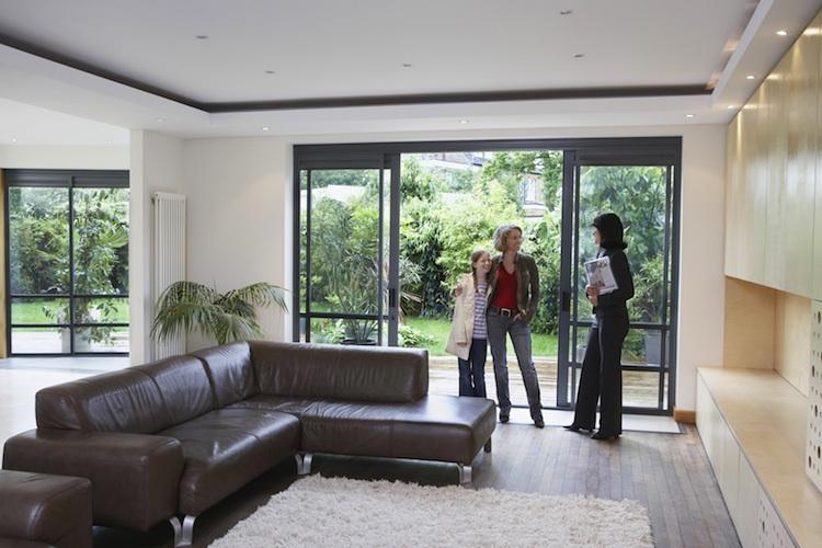 Wohnungsbesichtigung Shutterstock Gro 1461626182 in Selbstgenutzte Immobilie: So gehen Käufer richtig vor