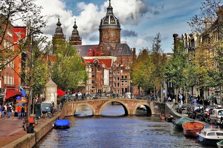 Amsterdam Shutterstock 112304675- in Patrizia Immobilien AG zieht es in die Niederlande