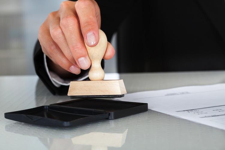 Sachbearbeiter Versicherung in Versicherer wollen dem Sachbearbeiter an den Kragen