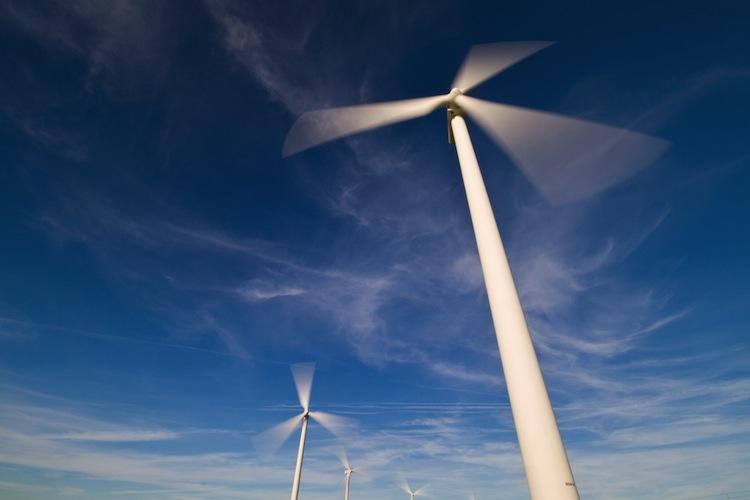 Shutterstock 14019625 in Windenergie sorgt für Jobs