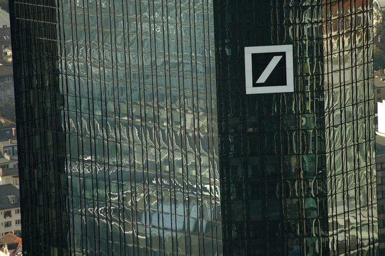 Shutterstock 163523414 in IVG: Milliarden-Kredit von der Deutschen Bank