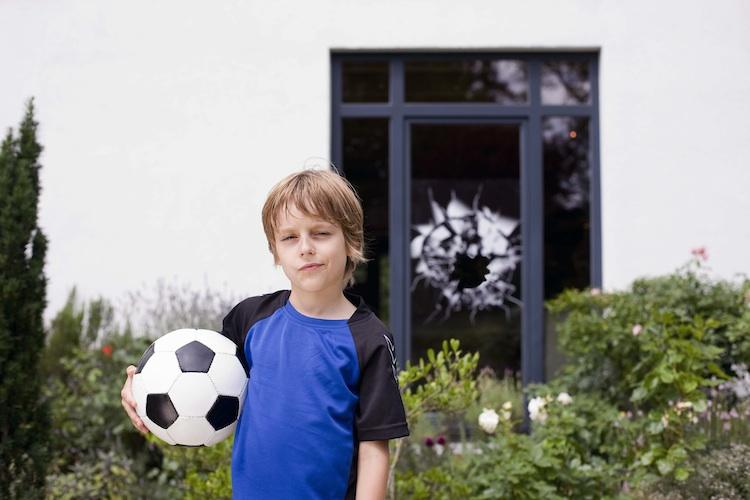 Junge Fu Ball Glasscheibe750 in Privathaftpflicht: Kunden achten auf Deckungssumme