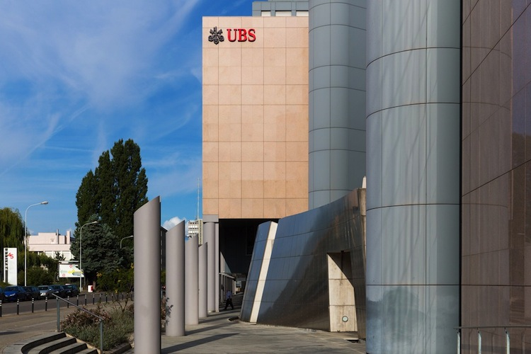 UBS in UBS erhöht Bezüge von CEO und revidiert Gewinn nach unten