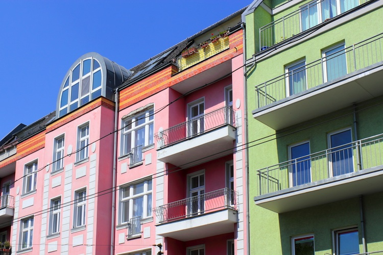Wohnhaeuser-750-shutt 130241888 in Studie: Politik fördert Spaltung auf dem Wohnungsmarkt