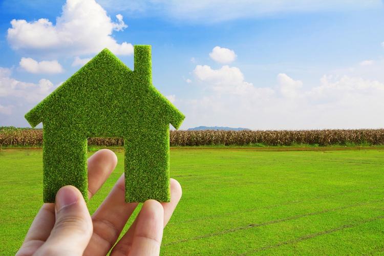 Gruenes Haus Shutterstock 92546578- in Ärger über stockende Gebäudesanierung