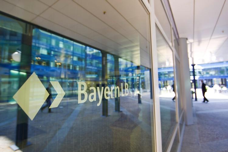 Eingangsbereich DL750 in Bayern LB: Mehr Gewinn in den ersten sechs Monaten 2015