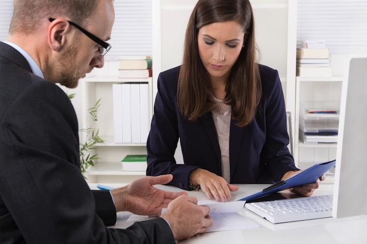 Berater Shutterstock 229629718-Kopie-2 in Studie: Arbeitgeber informieren zu wenig über betriebliche Altersvorsorge
