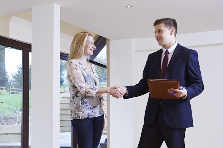 Immobilienmakler-shutt 232176358 in Bestellerprinzip: Knappe Mehrheit der Mieter wäre bereit, den Makler zu zahlen