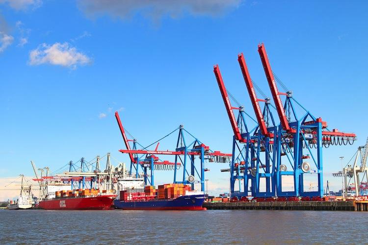 Shutterstock 207590296 in Hamburger Hafen fällt zurück