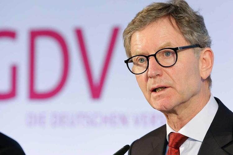 Den Versicherungstag des GDV in Berlin bezeichnete Verbandspräsident Alexander Erland als Demonstration der Versicherungswirtschaft, die Risiken und Herausforderungen der Zukunft aktiv angehen zu wollen.