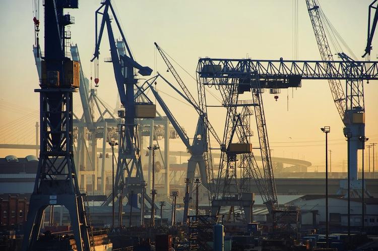 Shutterstock 266358452 in Hamburger Hafenumschlag schrumpft weiter