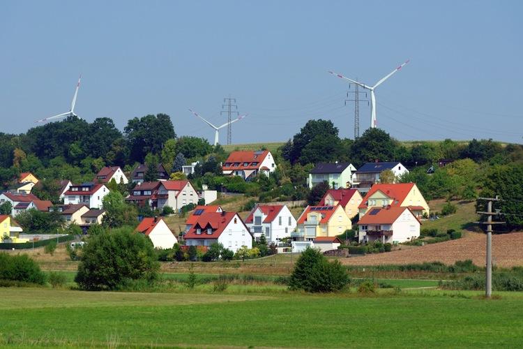 Shutterstock 338681054 in Prämien und günstiger Strom sollen Widerstände gegen neue Windräder beseitigen