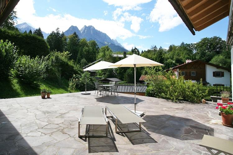 Garmisch-Partenkirchen Landhaus-Ausblick-Terrasse CEngel-VA Lkers-Kopie in Ferienimmobilien: Erholung mit Renditepotenzial