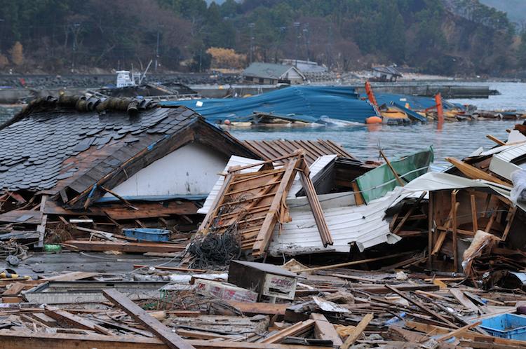 tsunami katastrophe shutterstock_256600405 Kopie
