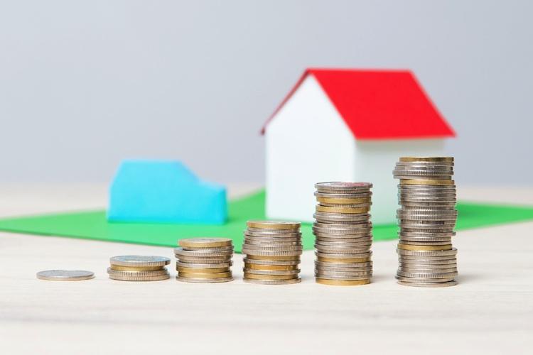 Haus-geld-shutterstock 358857491 in Wohnkosten steigen auf bis zu 30 Prozent des Haushaltseinkommens