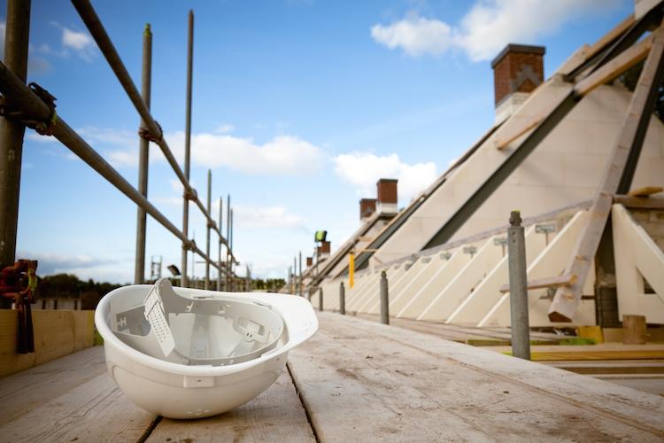 Bau-leer-verlassen-helm-baustelle-haus-shutterstock 120206509-Kopie in Bauträgerverträge: Vorsicht vor finanziellen Risiken