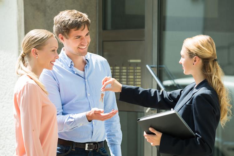 Haus-makler-immobilie-sachkunde-schluessel-shutterstock-Kopie in Wohnungssuche: Erfolg durch Unehrlichkeit?