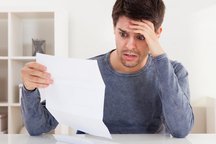 Mann-jung-brief-rechnung-miete-dokument-schock-shutterstock 126682430-Kopie in Mifid II und PRIIPs werden Anleger eher verwirren als aufklären