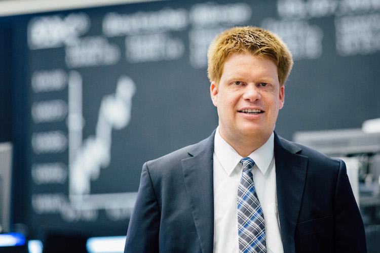 Tim Rademacher sieht Chancen bei der Entwicklung der Commerzbank.