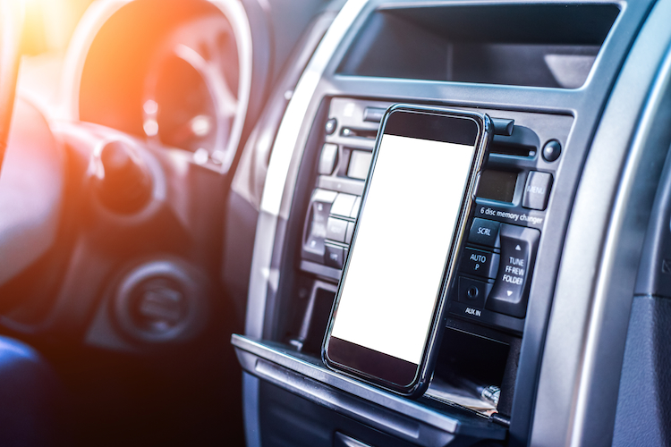 Auto-smartphone-telematik-shutterstock 288688703-Kopie in Generali bringt neuen Telematiktarif