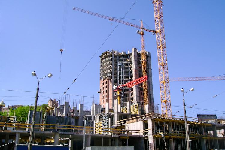 Gewerbe-bau-buero-kran-shutterstock 373920484-Kopie in JLL: Finanzierung von Gewerbeimmobilien erholt sich