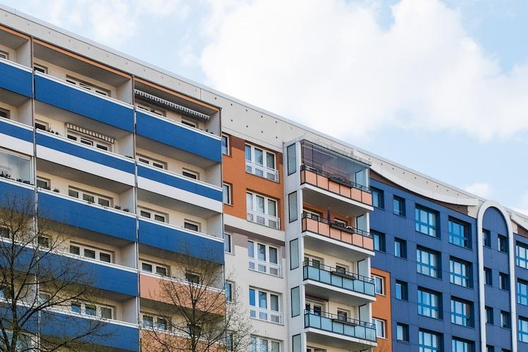 plattenbau-wohnhaus-berlin-shutt_404438029