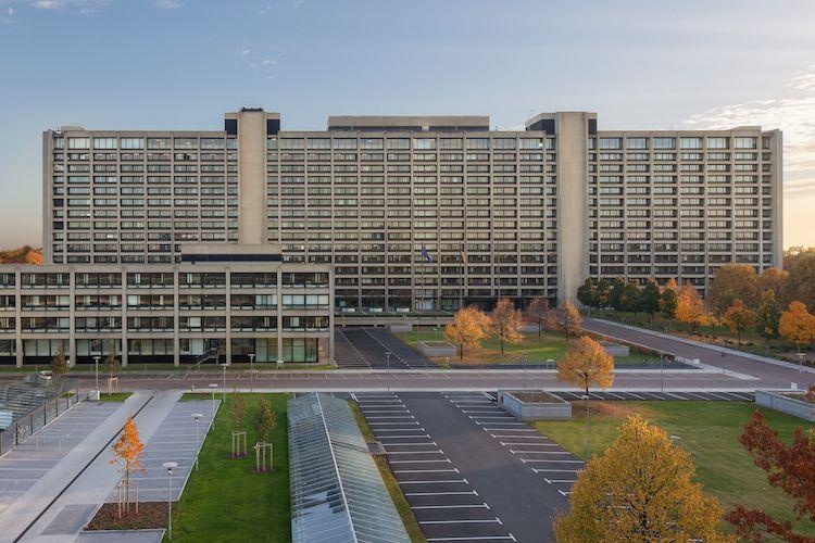 Bundesbank Gebaeude Nordseite Mit Parkplaetzen in Bundesbank auf Suche nach Ausweichimmobilie