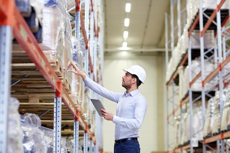 Logistik-lagerhalle-lager-halle-mann-helm-regal-shutterstock 391811647-Kopie in Online-Handel treibt Nachfrage nach urbanen Logistikzentren