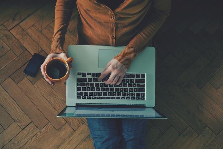 Shutterstock 251616610 in Umfrage: Online-Abschluss keine Frage des Alters