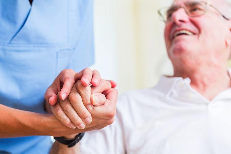 Shutterstock 389916085 in Studie: Pflegekosten übersteigen oft Einkommen von Senioren