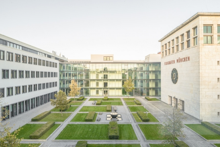 """Das Büro- und Businesscenter wurde um die historische """"Wappenhalle"""" des ehemaligen Flughafens München Riem errichtet"""