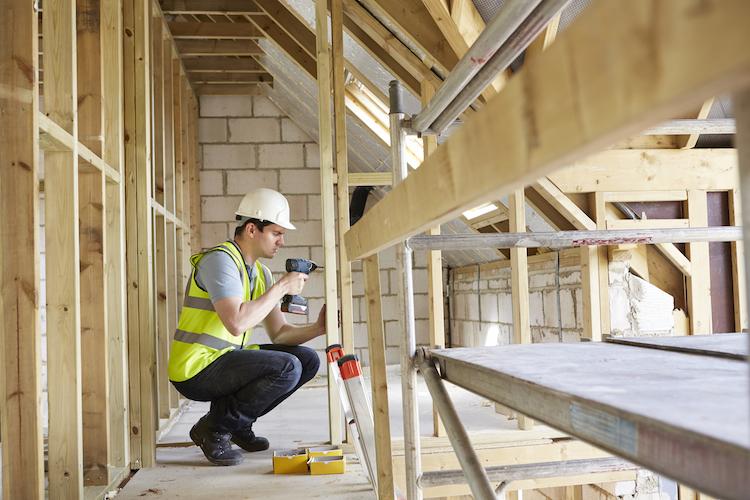 hausbau haus arbeiter wohnhaus dach baustelle bau shutterstock_202046785 Kopie