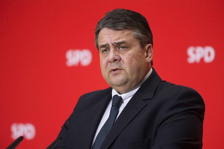 SPD-Chef Sigmar Gabriel warf der Union vor, sich nicht nur bei der Mindestrente, sondern auch bei der Rentenangleichung Ost/West schwer zu tun.