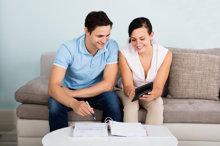 Wohnung-miete-rechnen-budget-geld-shutterstock 510616750 in Mietpreise: Zufriedene Mieter überwiegen