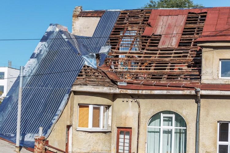 Die Haus- und Grundbesitzerhaftpflichtversicherung greift beispielsweise, wenn Passanten durch herabfallende Dachziegel verletzt werden.
