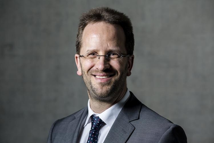 VZBV-Chef Klaus Müller spricht sich für ein ein Standardprodukt aus, das in staatlicher Verantwortung bleiben soll.