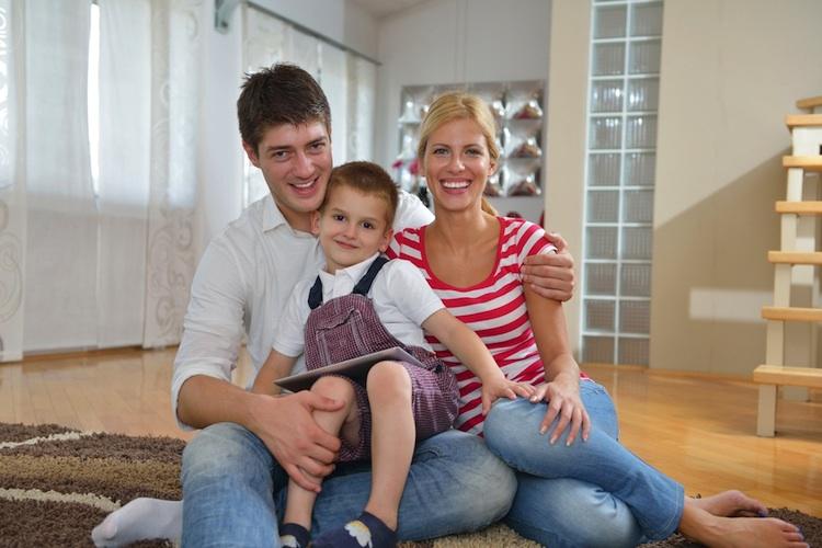 Haus-familie-shutterstock 172265195 in Immobilieneigentümer wohnen ein Drittel günstiger als Mieter